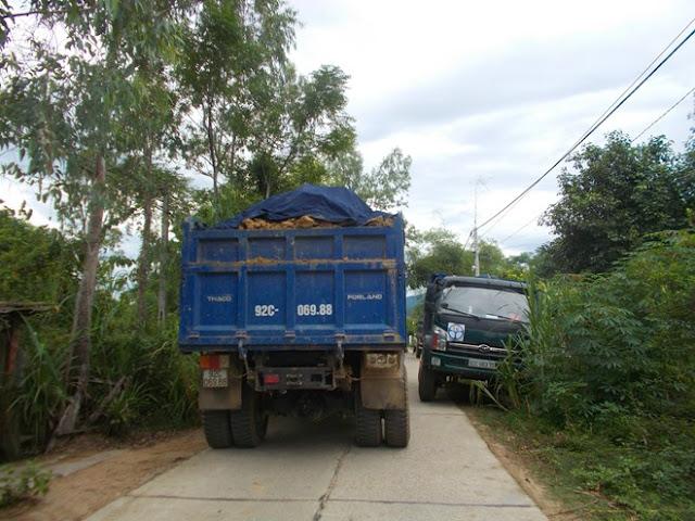 2 chiếc xe tải