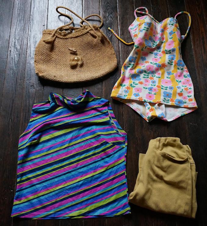 un haut rayé , un maillot de bain, un pantalon corsaire , un sac en raphia ,  tout celà des années 60  60s floral swimsuit , slack, striped sleeveless top , raffia bag