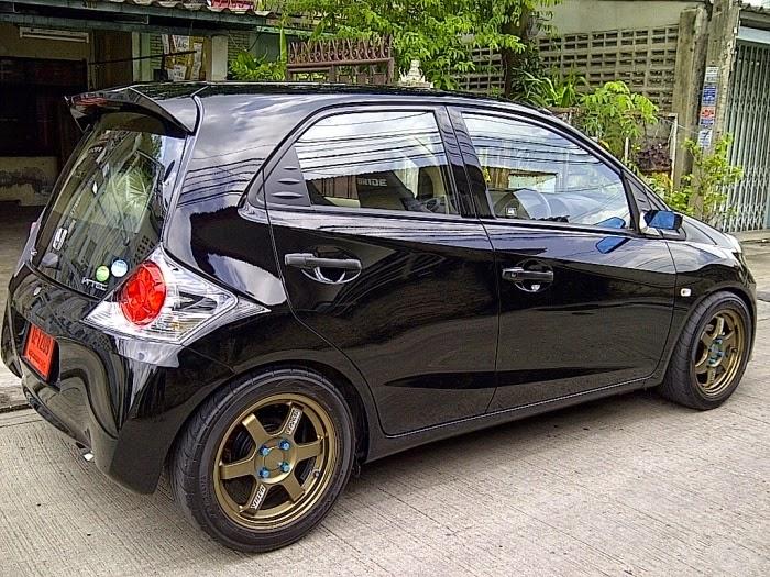 Modifikasi Honda Brio Satya Putih Hitam Merah Sport