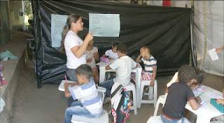 Professores improvisam salas de aula com lonas após prefeitura fechar escola em Areia, PB