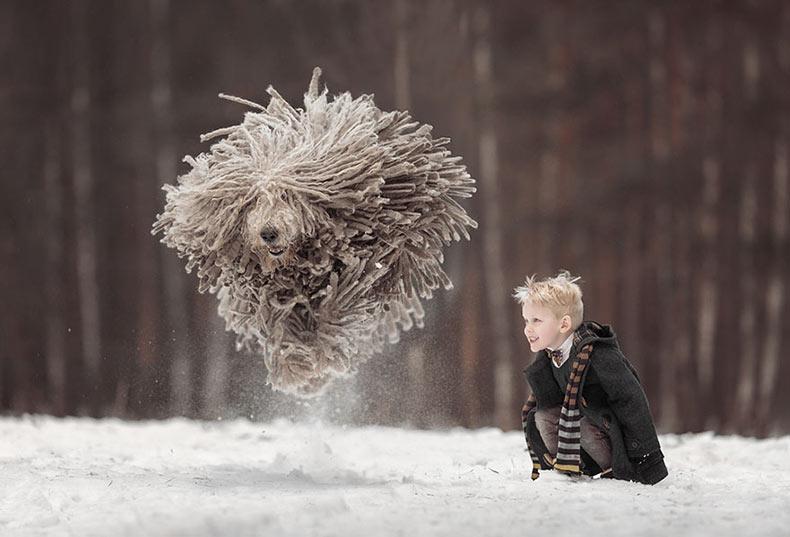 Niños Pequeños y Sus Perros Grandes de Andy Seliverstoff