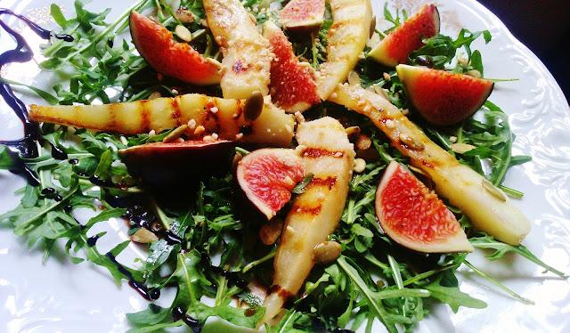 Sałatka z rukoli, z grillowaną gruszką, figami i parmezanem z nerkowców