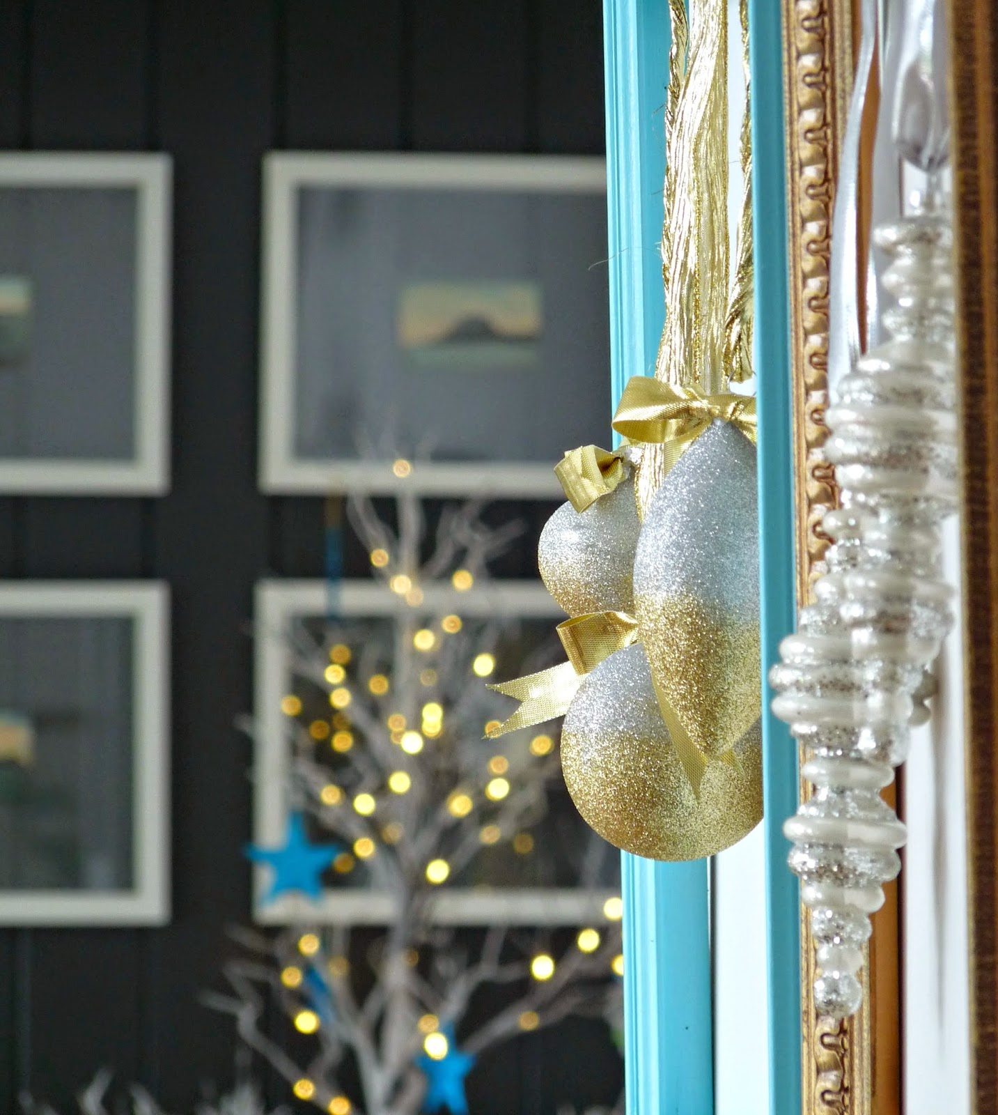 How to frame Christmas ornaments