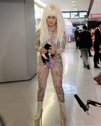 Lady Gaga dengan baju tranparan