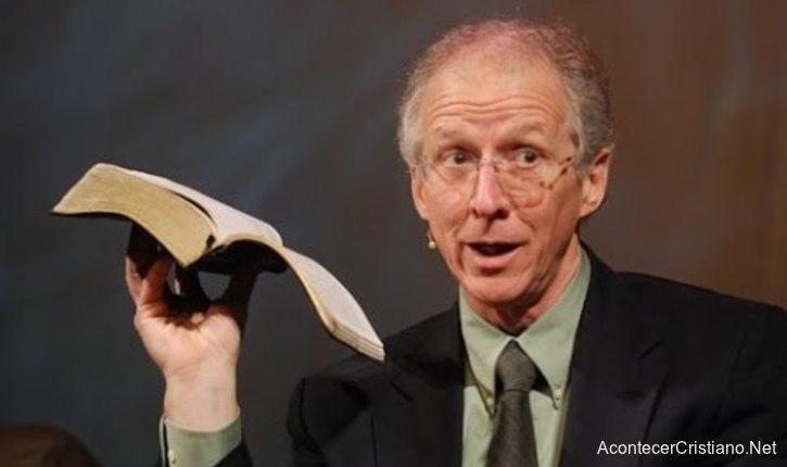 John Piper con Biblia habla acerca del sometimiento al pastor