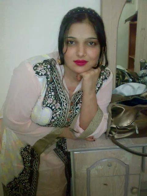 Desi Karachi Hot Aunties And Girls Beautiful Pictures -7155