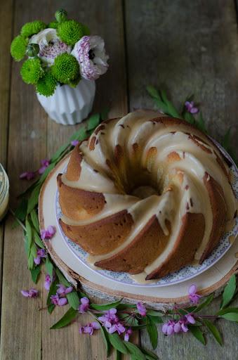 Bundt cake aux pommes et caramel salé