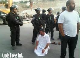 Meski Ditakut-takuti Dengan Senjata, Pria Ini Tetap Khusyuk Shalat Di Teras Masjidil Aqsa