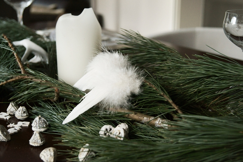 Blog + Fotografie by it's me! - Rooming, Weihnachtsdeko 2015 - Kiefernzweige, Eukalyptusfrüchte und ein weißer Engelsflügel