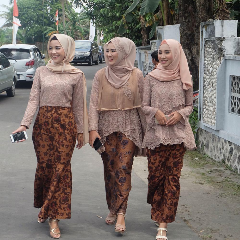 Baju Kebaya Bawahan Batik: Contoh Batik Di Indonesia