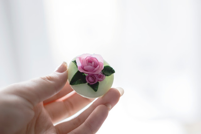 prezent handmade, biżuteria handmade, róże z modeliny, naszyjnik z różami, różany naszyjnik, ciekawy naszyjnik, wiosenny naszyjnik, wiosenna biżuteria
