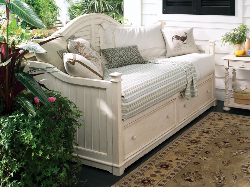 crafty southern mama daydreaming of daybeds. Black Bedroom Furniture Sets. Home Design Ideas