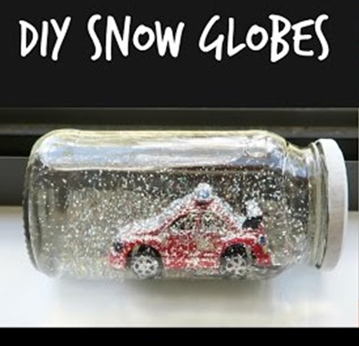 Car in snow globes di musim dingin