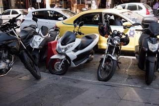 Παρκαρισμένα μηχανάκια έχουν κλείσει τη ράμπα