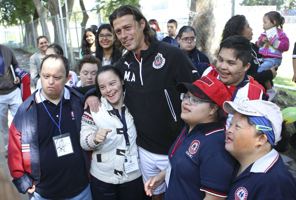 Matías Almeyda con los niños en el entrenamiento de Chivas.