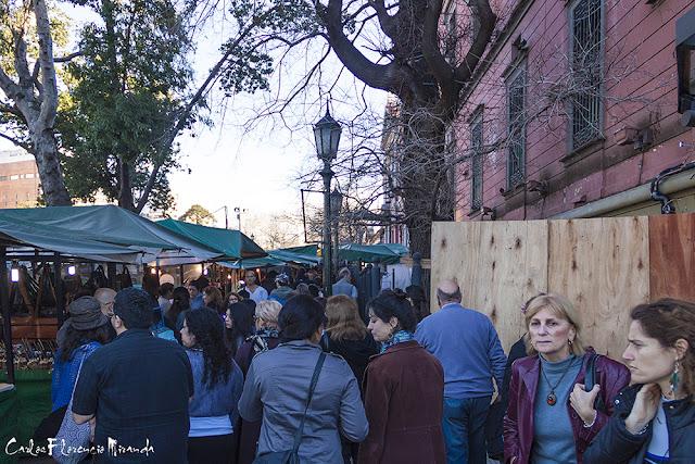 Multitud de personas caminando por Recoleta.