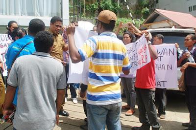 Tuntut Gaji, Puluhan Karyawan PRP Datangi Kantor Gubernur Papua