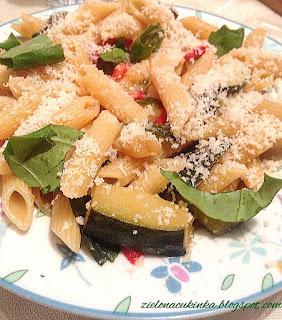 Makaron z kolorowymi warzywami to dietetyczny obiad