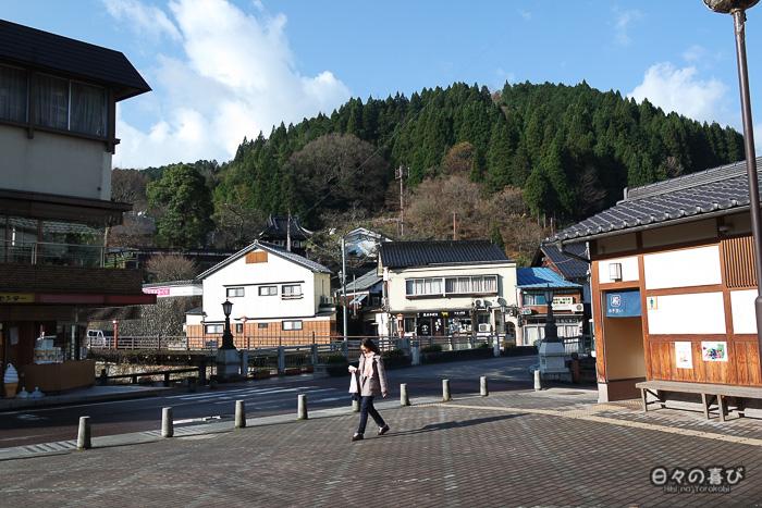 vue sur les montagnes depuis la place centrale de Yumura