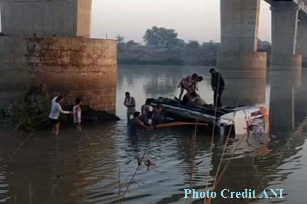राजस्थान में दिल दहला देने वाली घटना, यात्रियों से भरी बस नदी में गिरी, 32 लोगों की मौत
