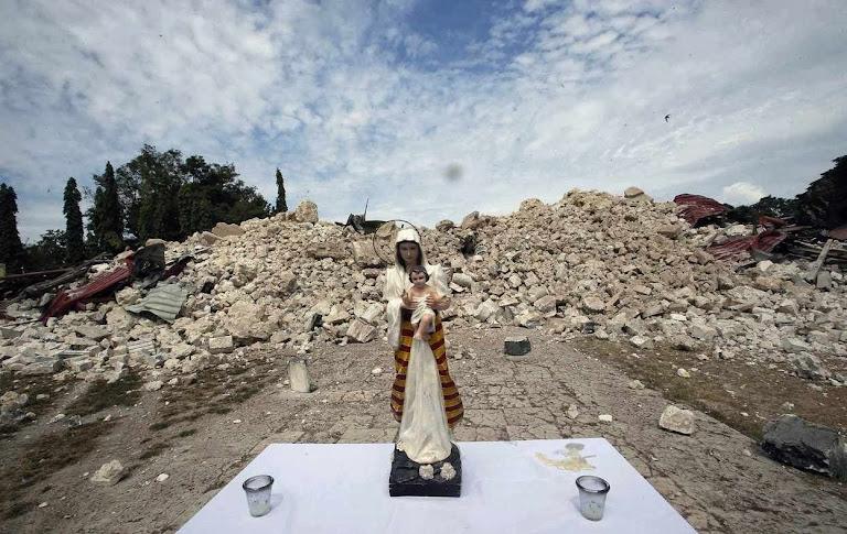 Nossa Senhora e o Menino Jesus diante das ruínas da igreja de Nossa Senhora da Luz, em Bohol, no centro das Filipinas, no dia depois do terremoto de 16 de outubro de 2013
