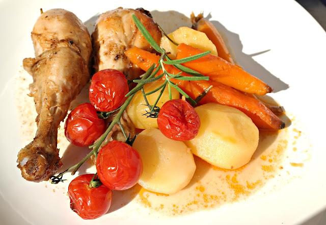 Kurczak pieczony z ziemniaczkami i rozmarynem