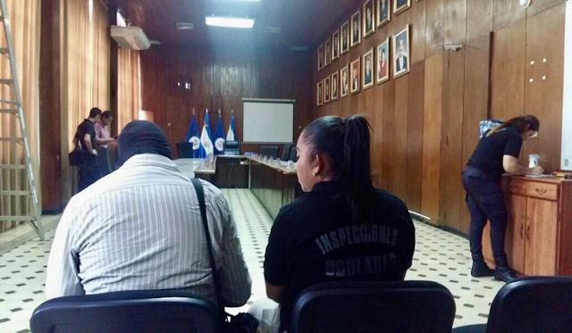 """FGR reconstruye caso """"de la manzana"""" en el salón del Concejo de la Alcaldía de San Salvador"""