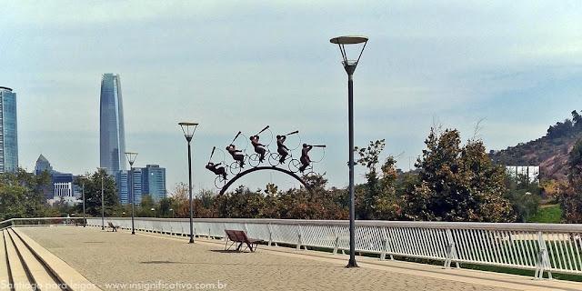 Chile - Santiago - Escultura Lá Búsqueda e Costanera Center visto do Parque Bicentenário