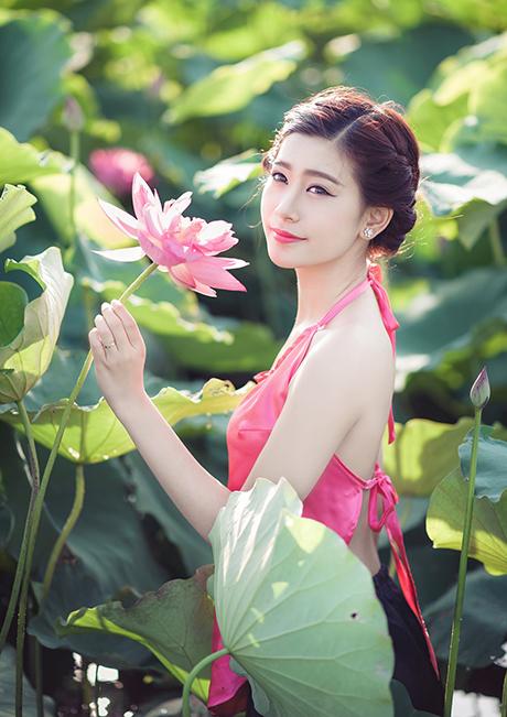 Nữ sinh xinh đẹp khoe sắc bên hoa sen