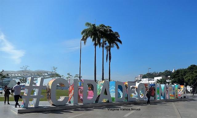 Praça Mauá com o letreiro da cidade olímpica