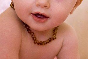 attention aux colliers d 39 ambre baby 39 mat la veille de la. Black Bedroom Furniture Sets. Home Design Ideas