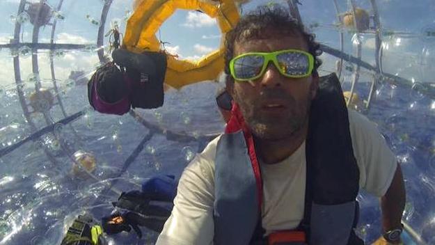 Reza Baluchi desde adentro de su burbuja en altamar