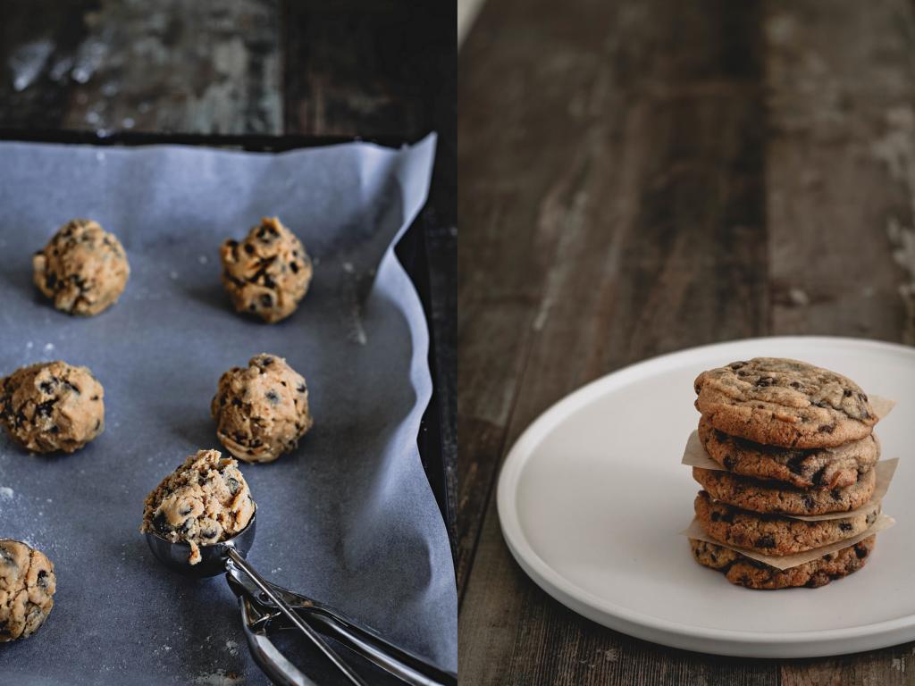 Eisportionierer mit Keksteig und fertig gebackene Cookies im Stapel