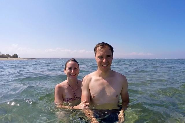 Nosotros en las aguas de Sanur Beach (Bali)