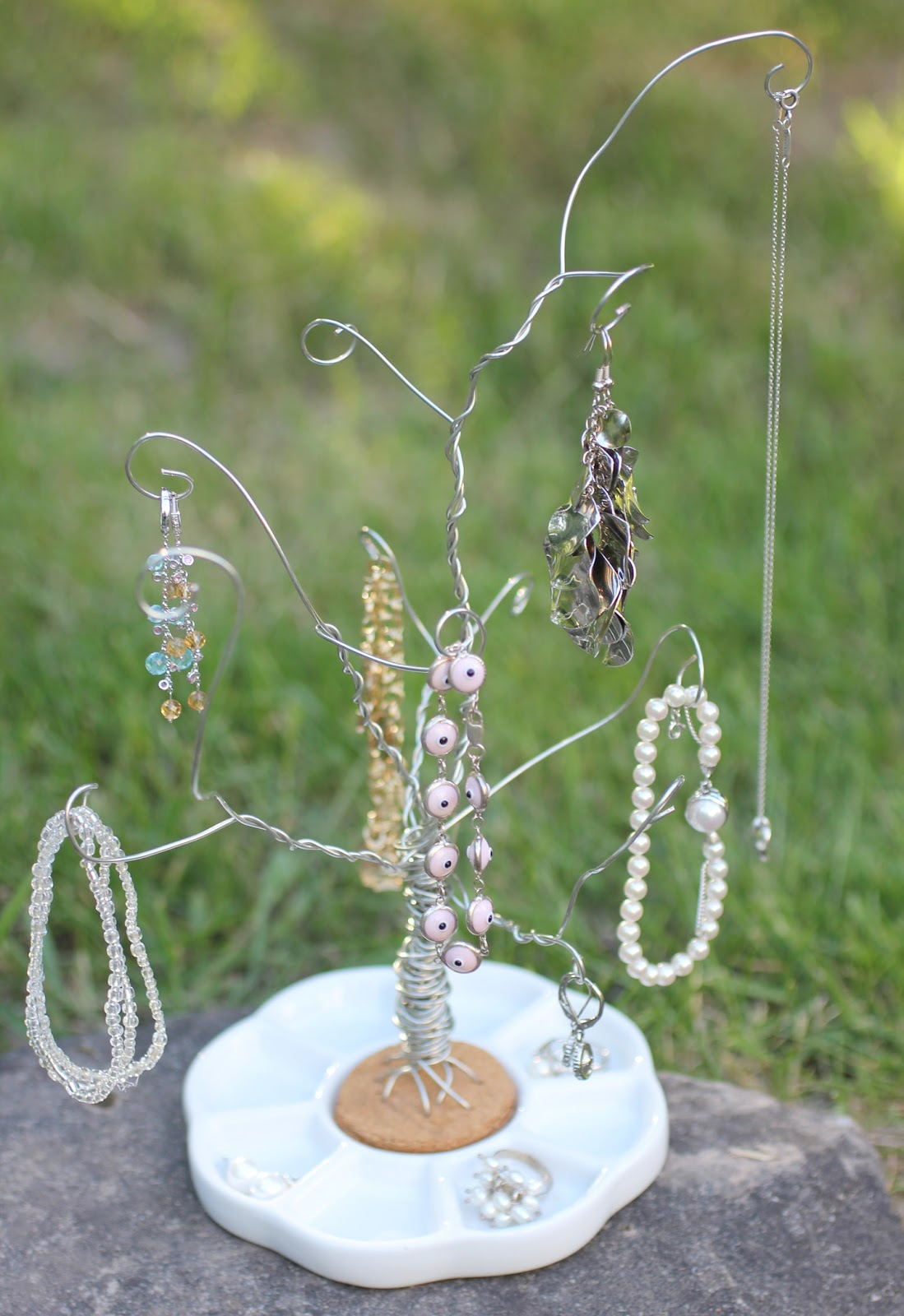 This Wire Manicure Is About As Easy As Nail Art Gets: DIY Wire Jewelry Tree