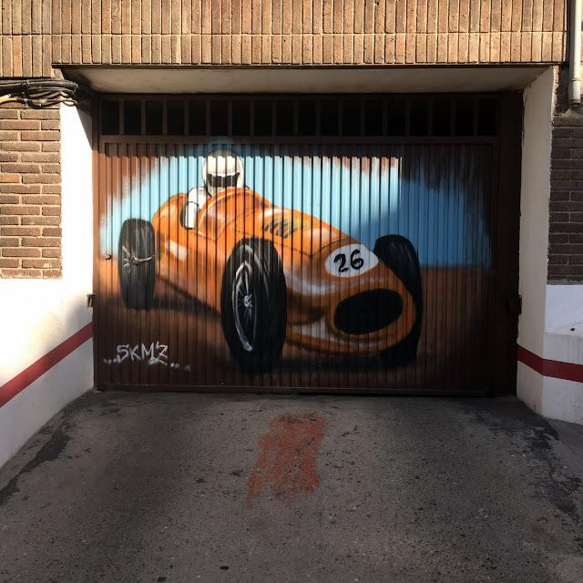 Puerta de garaje para coches de carreras