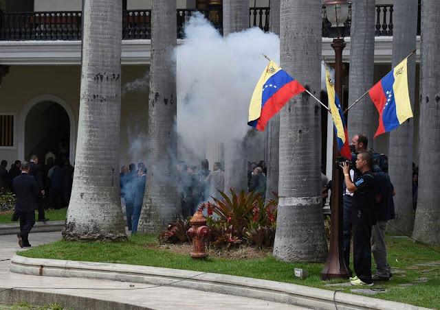 Tres diputados heridos en incursión de oficialistas en Parlamento venezolano