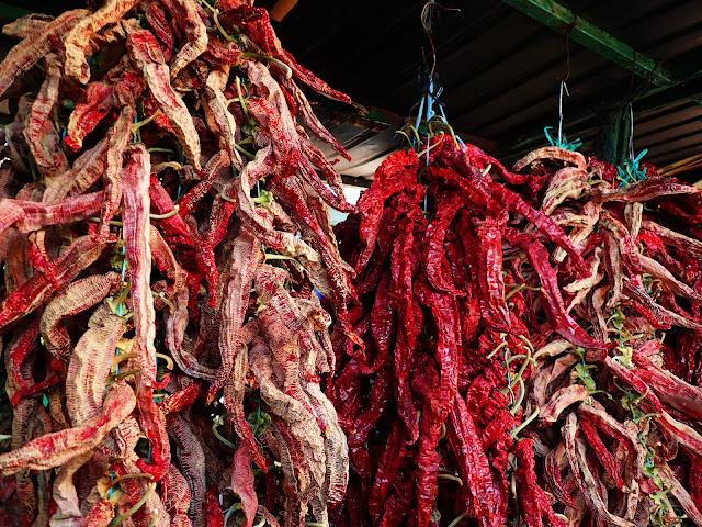 Suszone papryczki chilli na bazarze