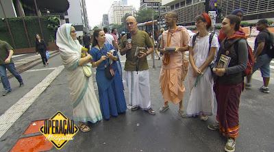 O apresentador com grupo Hare Krishna (Divulgação/SBT)