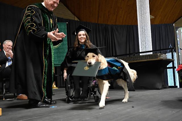 Hawley và người bạn đặc biệt của cô, chú chó GRIFFIN trong ngày nhận bằng tốt nghiệp đại học
