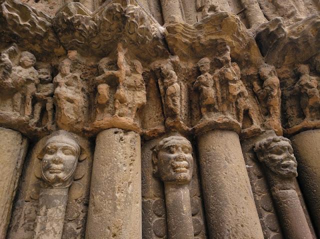 Puente de la Reina - Iglesia de Santiago - Detalle de los adornos de la puerta