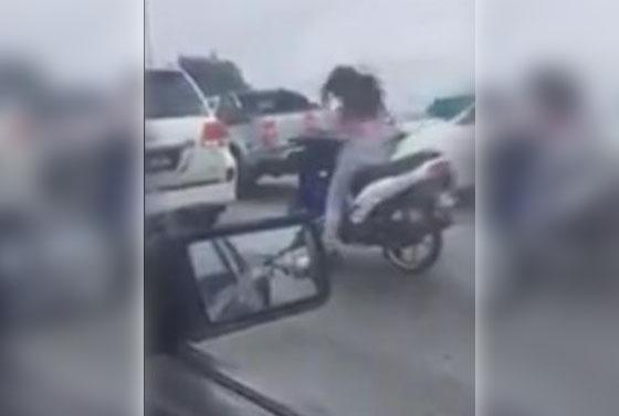 Video Cewek Goyang Heboh di Atas Motor Saat di Lampu Merah