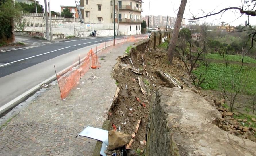 Il muro crollato in via Marco Rocco di Torrepadula