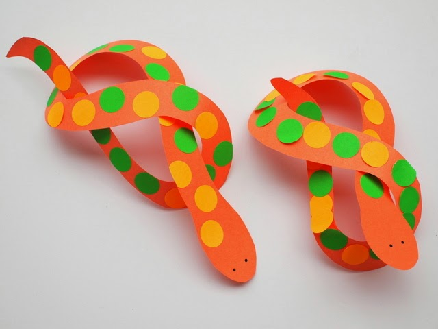 twist the snakes to make easy snake sculptures- kids craft!