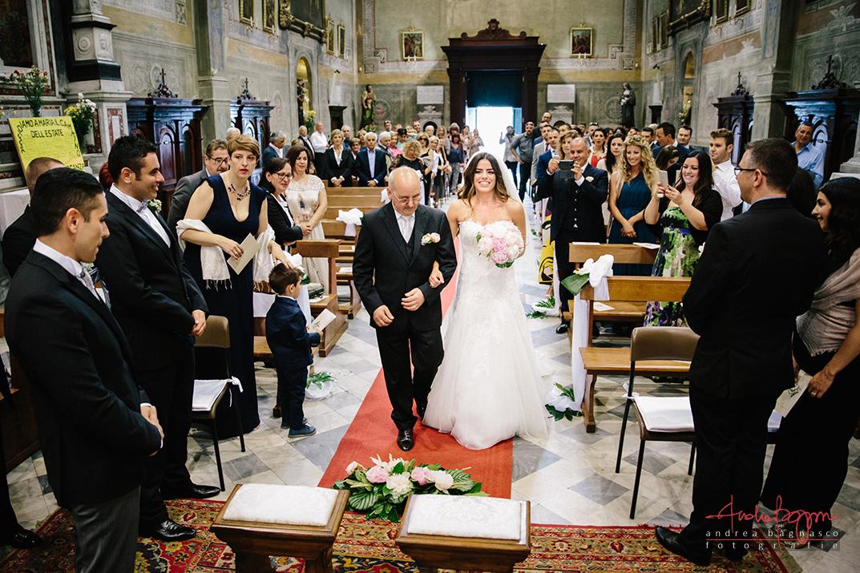 ingresso sposa fotografo matrimonio Genova chiesa della Certosa