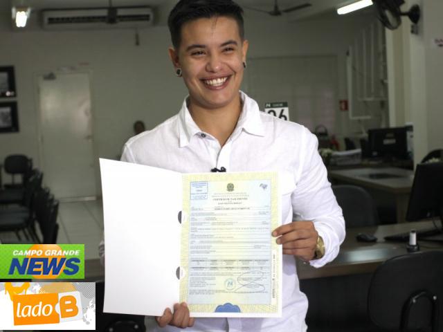 Homem trans Kaio Arantes Borges comemora retificação de documentos diretamente no cartório