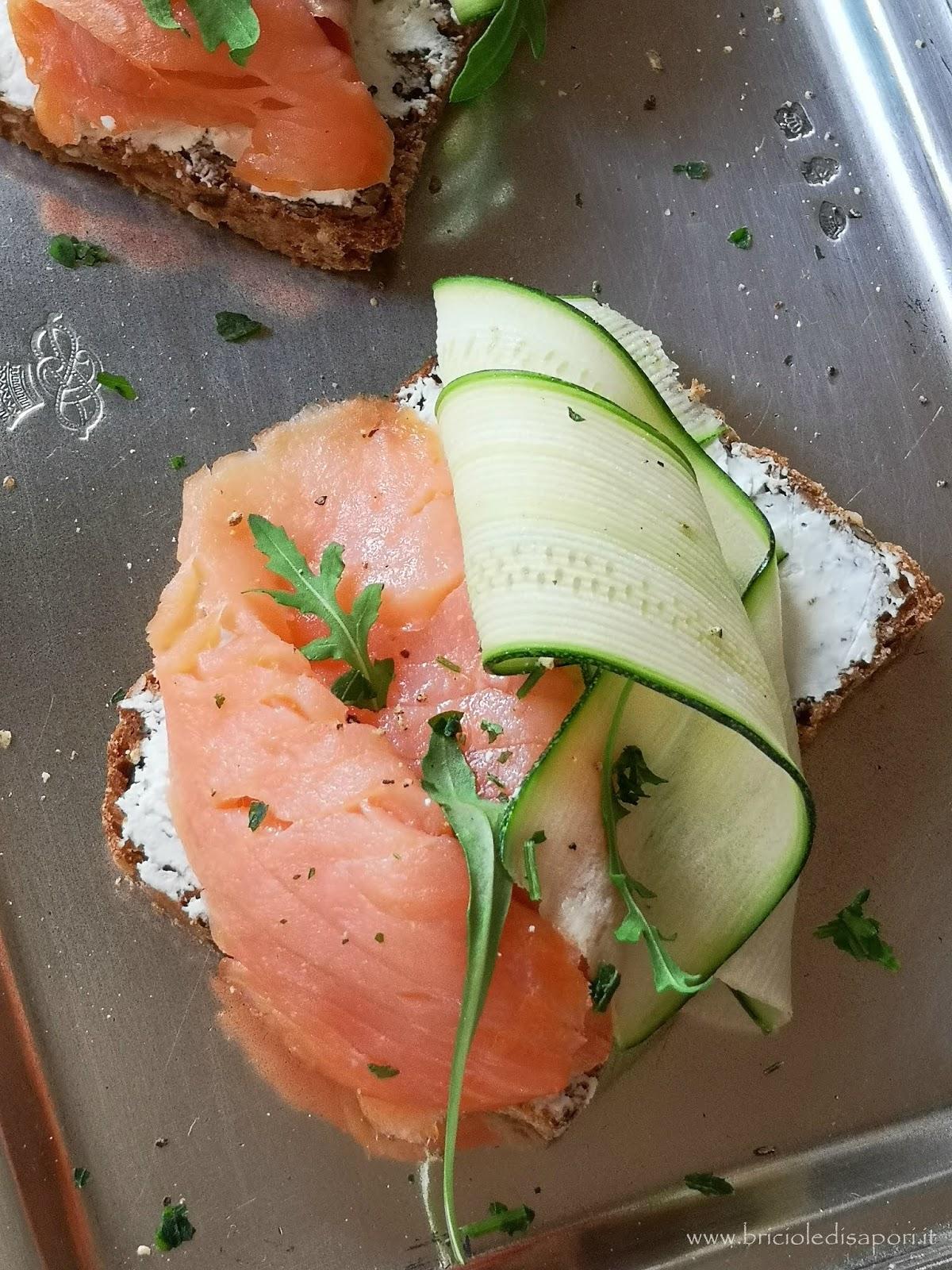 crostini con salmone affumicato zucchine e formaggio