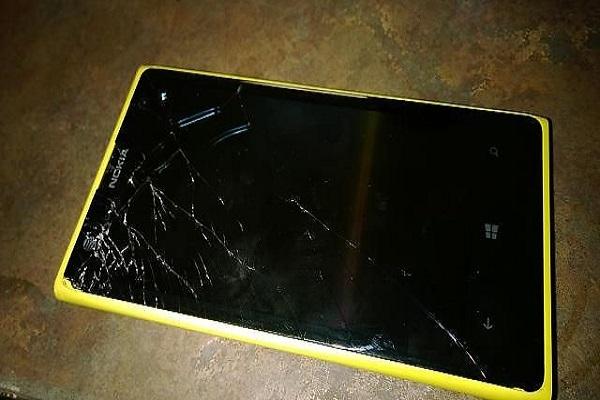 Mặt kính Nokia Lumia 730 bị vỡ