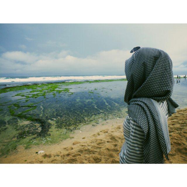 foto pemandangan pantai sepanjang