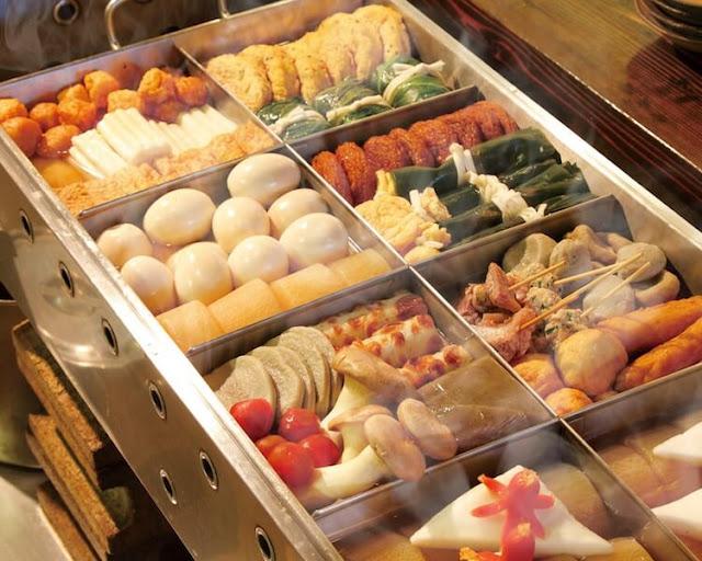 """Mùa Thu Nhật Bản hoàn toàn xoay quanh mặt trăng và các lễ hội trung thu tương tự. Vào mùa này bạn sẽ thấy rằng có rất nhiều món ăn mang theo chữ """"tsuki"""", trong tiếng Nhật có nghĩa là """"mặt trăng"""". Tsukimi dango là một trong số đó, với """"tsuki"""" là trăng và """"mi"""" là nhìn, ngắm. Dịch sát nghĩa là bánh ngắm trăng đấy."""